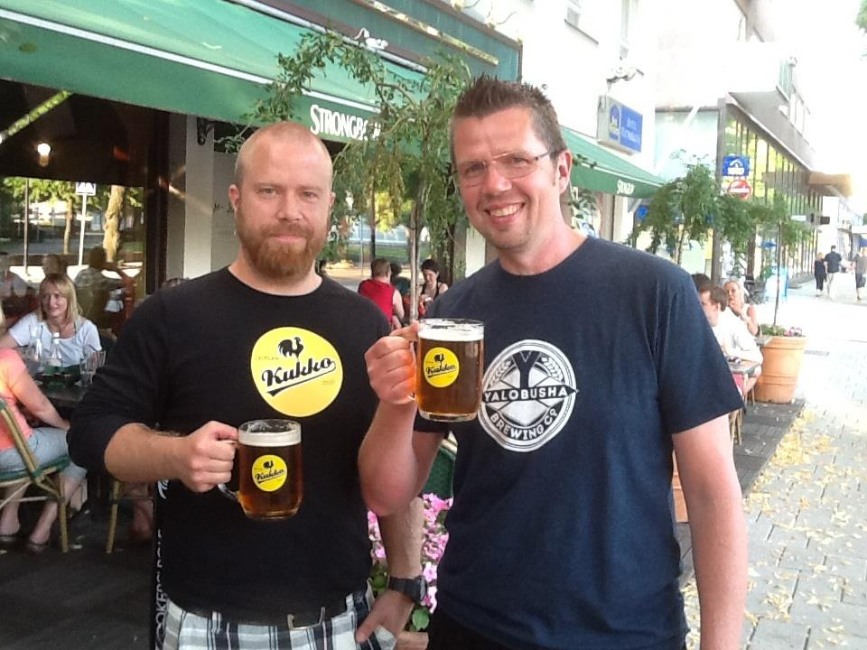 Laitilan oluenpanija Juha Kylä-Kaila ja toimitusjohtaja Rami Aarikka kohottavat maljan Missisippi Beer Höyryoluelle