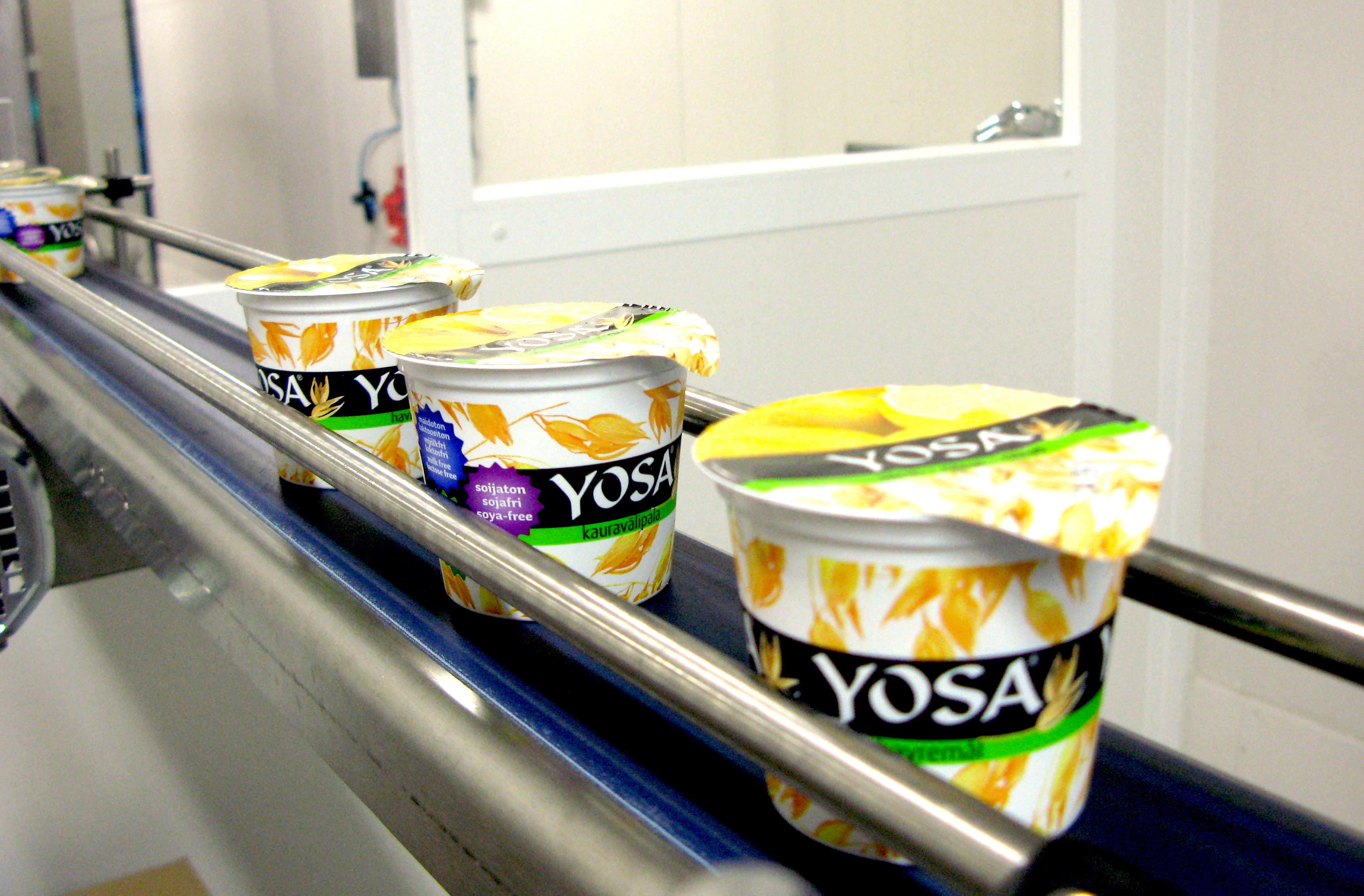 Kaurapohjainen Yosa valmistetaan ja pakataan Kaarinassa Biofermen tehtaalla. Kuva: Emmi Harju