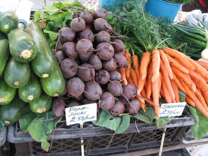 Porkkana pakastetaan raasteena ja kesäkurpitsa pilkottuna ilman sisusta.