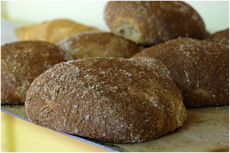 Tuhdit sämpylät leivotaan käsin. Kuva: Emmi Harju