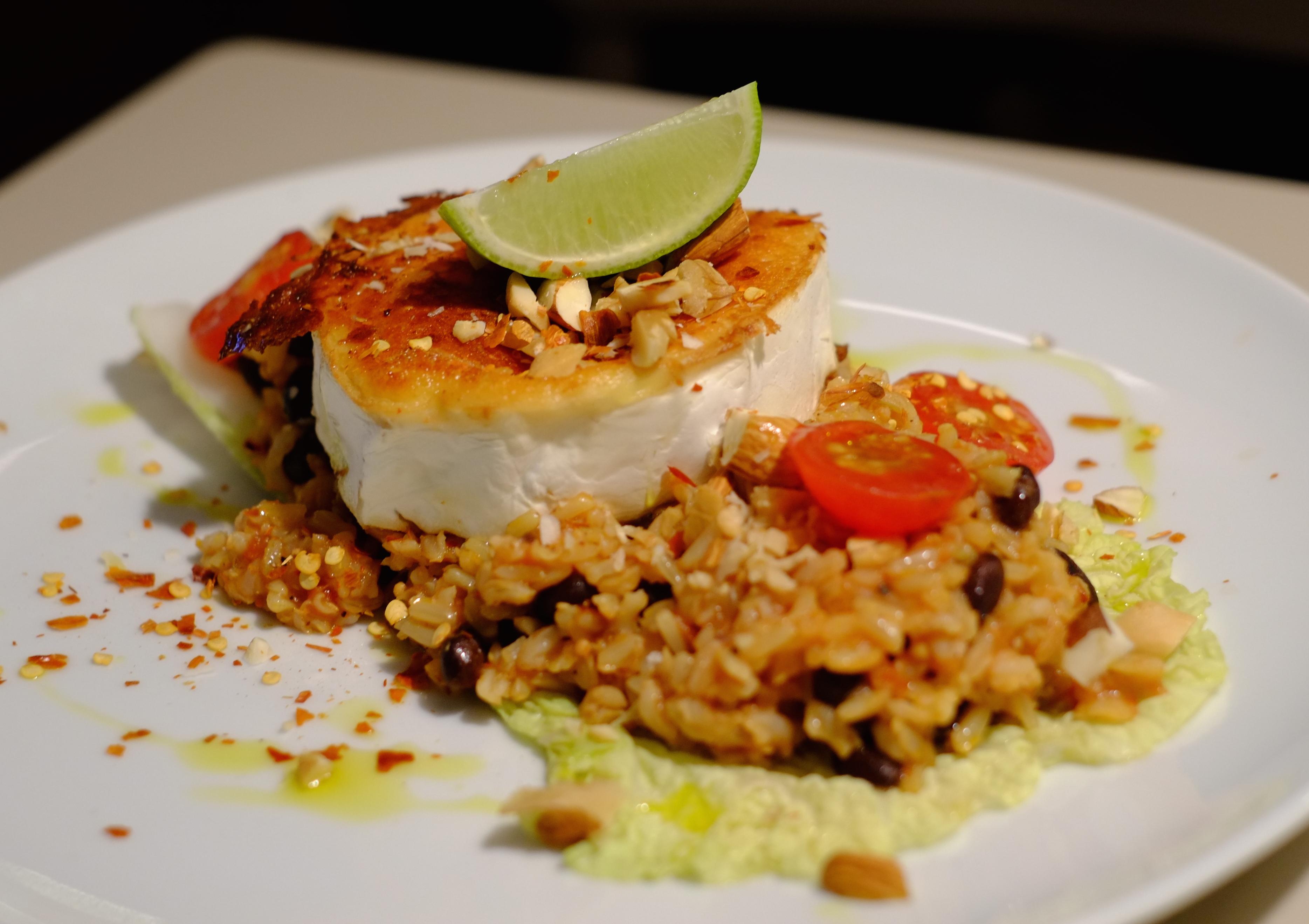 Ihanan mausteista paistettua vuohenjuustoa, dirty rice ja pähkinää. Kuva: Emmi Harju