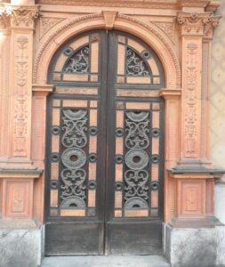 Hurmaava sisäänkäynti yhteen Milanon vanhimmista rakennuksista, sopivasti kallellaan kuten rakennus itsekin.