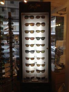Maui Jim aurinkolasit ovat lasien aatelistoa. Ne ovat polarisoituja, kovapinnoitettuja, niissä on takapinta heijastamaton ja suurimpaan osaan niistä saadaan voimakkuus. Linssien värivaihtoehtoja on useita ja mallisto on aikaa kestävä.
