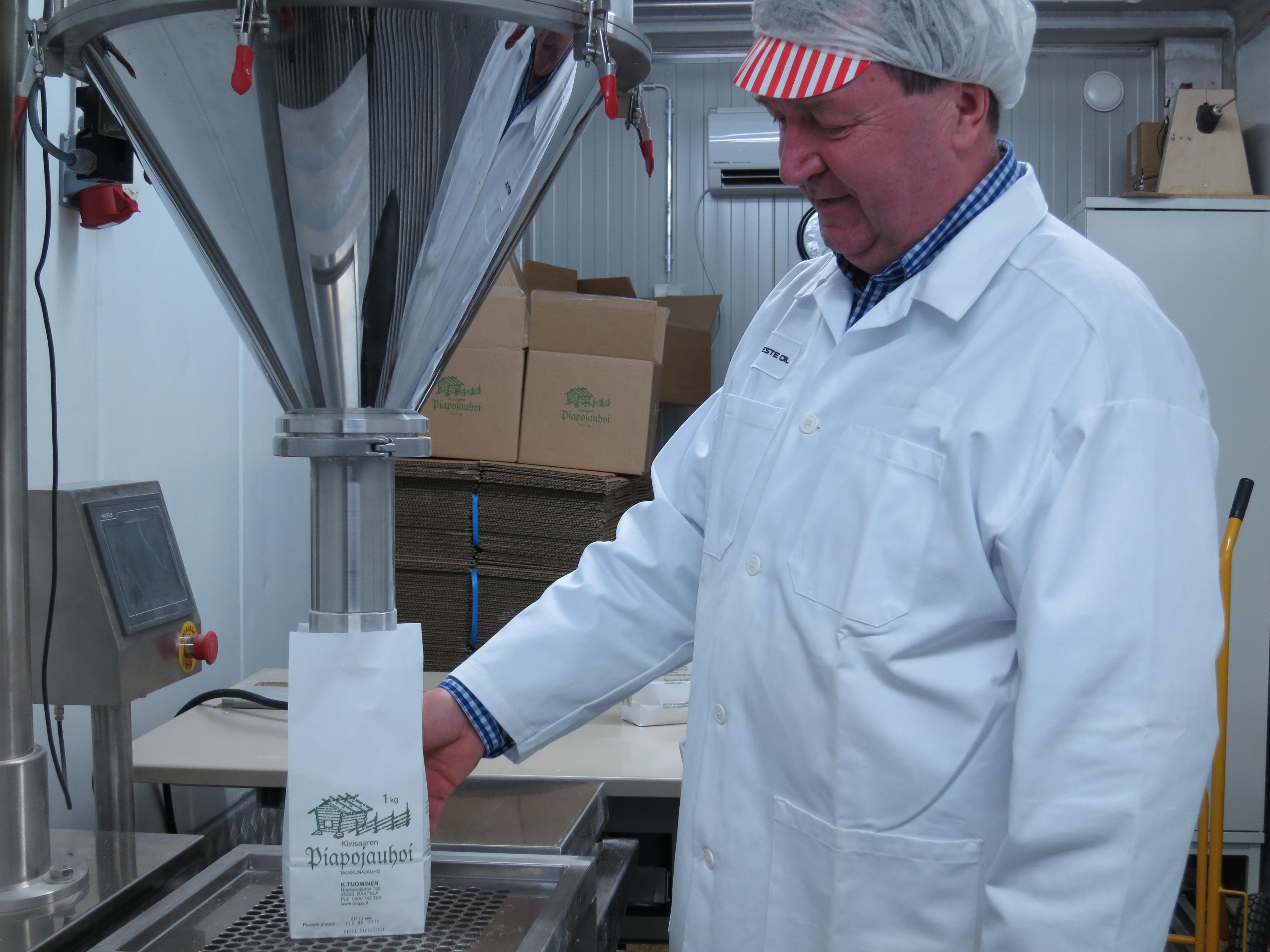 Piapojauhojen valmistaja Kari Tuominen esittelee upouudet tuotantotilat.