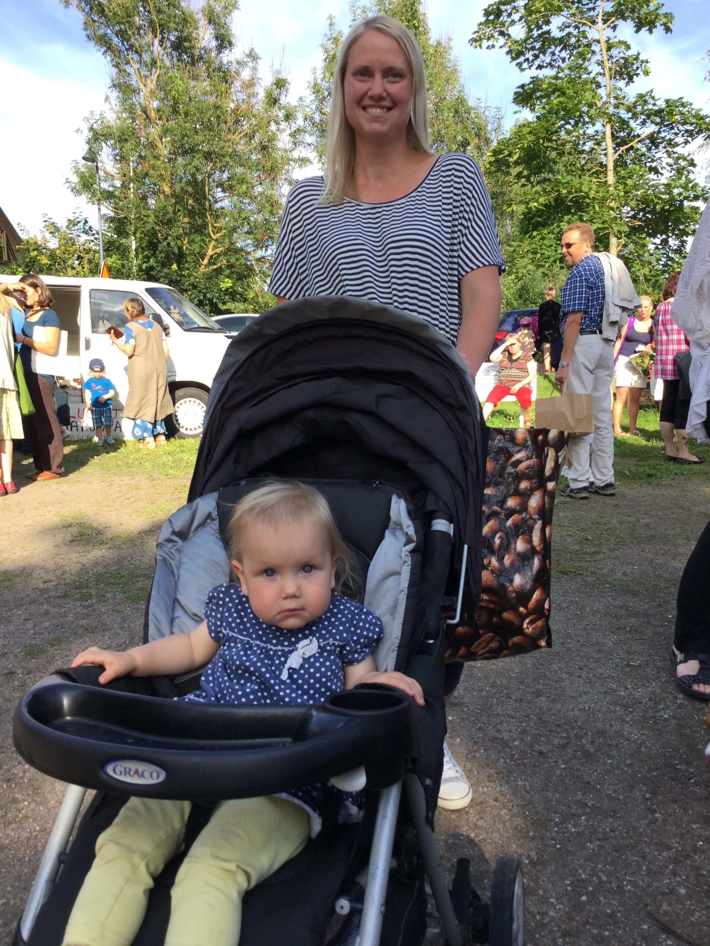 Heidi Svahnström tilaa Reko-lähiruokarenkasta säännöllisesti lähiruokatuotteita. Tänään hän tuli noutamaan tilaamansa tuotteet Natalien kanssa.