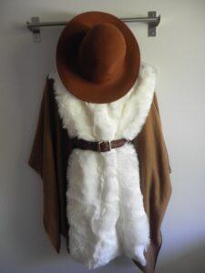 Helppo tapa saada itselle trendikästä keinoturkista, on suunnata kangaskauppaan ja tehdä viimevuotiseen talvitakkiin kaulukset ja hihansuut. Itse aion ommella kuvan turkiksesta liivin lämmittämään syyspäivinä.