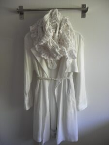 Valkoista housuista ulkotakkiin ja huiviin, upean näköistä, mutta muista varoa kuralätäköitä!