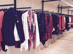Punainen ja musta on takuu varma yhdistelmä. Kuva on Zadig & Voltairen myymälästä, joka on nouseva brändi.