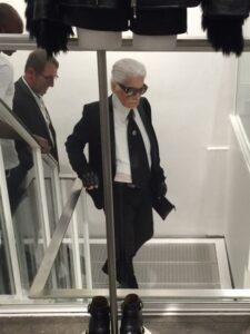 Voiko enää tyylikkäämmin olla rock? Tunnistatteko herran? Mr Karl Lagerfeldin tyyli on pettämätön ja tunnistettava!