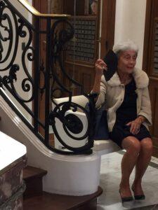 Eikä olekin ihanan elegantti kuva? Tämän viehättävän ja tyylikkään rouvan bongasin erään Pariisilaisen boutiquen aulasta.