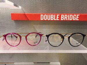 Trendikkäin silmälasikehys on nyt läpikuultavaa muovia, pyöreähkö ja siinä on tuplasilta!