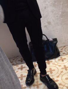 Huomatkaa nämä housun lahkeet! Kyseessä puvun housut, joissa kapea resori lahje. Aika cool!