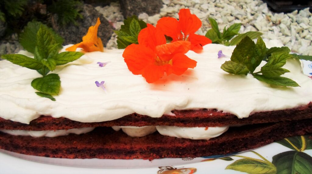 Kakku täytetään sekä välistä että päältä