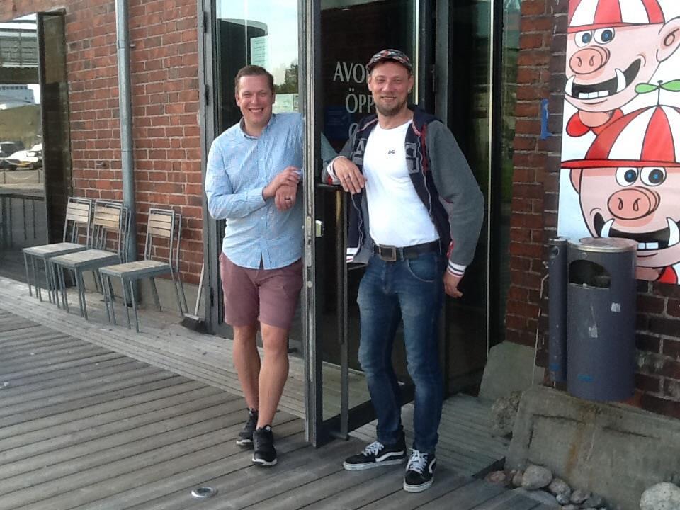 Mikko Leminen ja Mika Lövgren odottavat jo ovien avaamista.