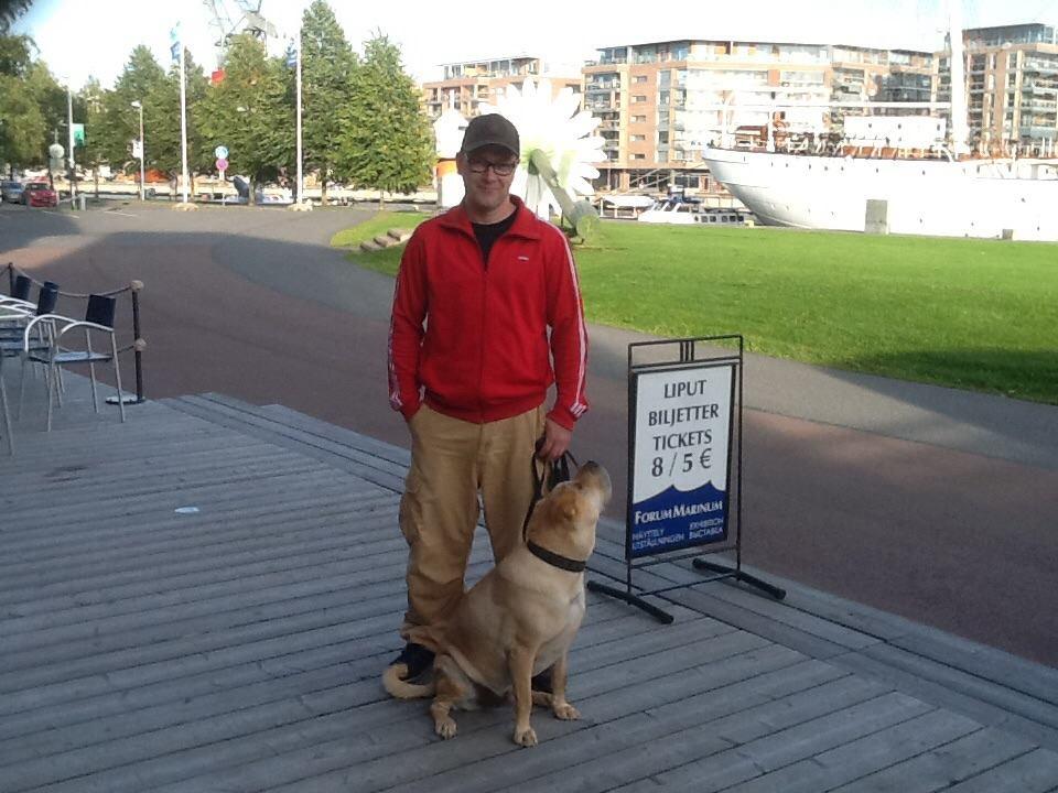 Tomi Maunu ja Kölli-koira toivottavat uudet ravintoloitsijat tervetulleeksi lähinurkilleen.