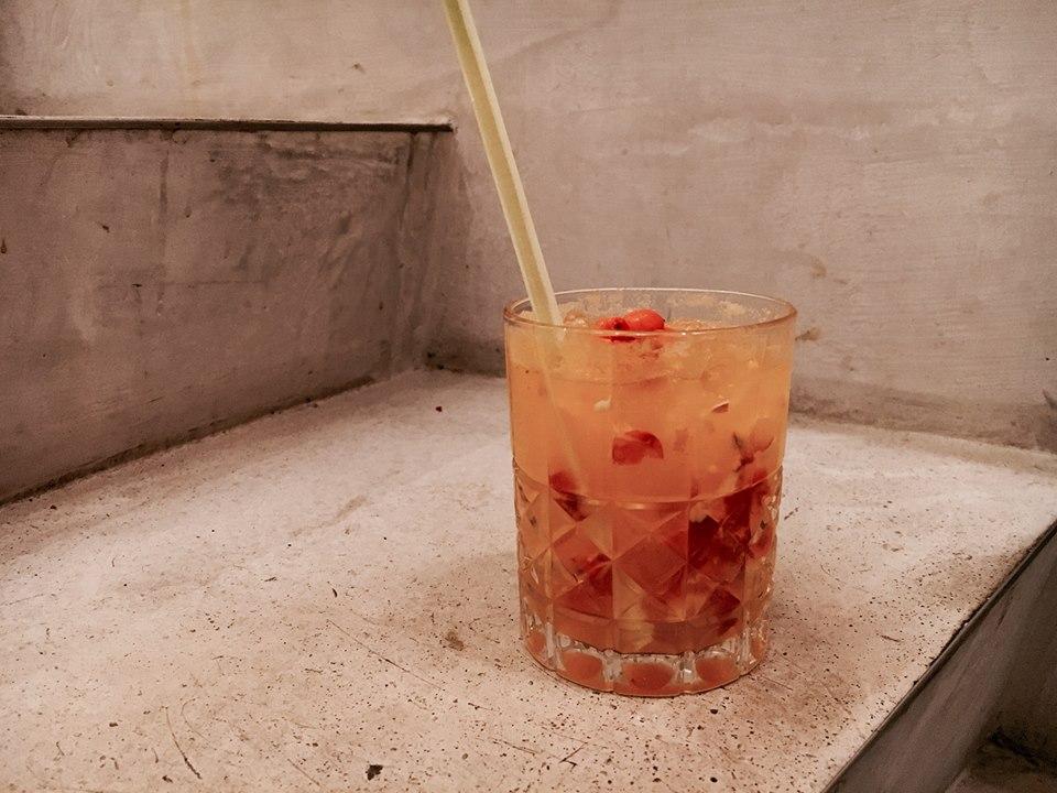 Tallinalaisesta Manna La RoosastaTurussa vierailulla olevan David Jiminez Gamboan drinkissä on tyrnimarjaa.