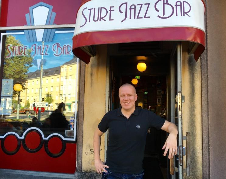 Samuli Sidensnöre toivottaa kirkkokalja -väen tervetulleeksi Sture Jazz Baariin.