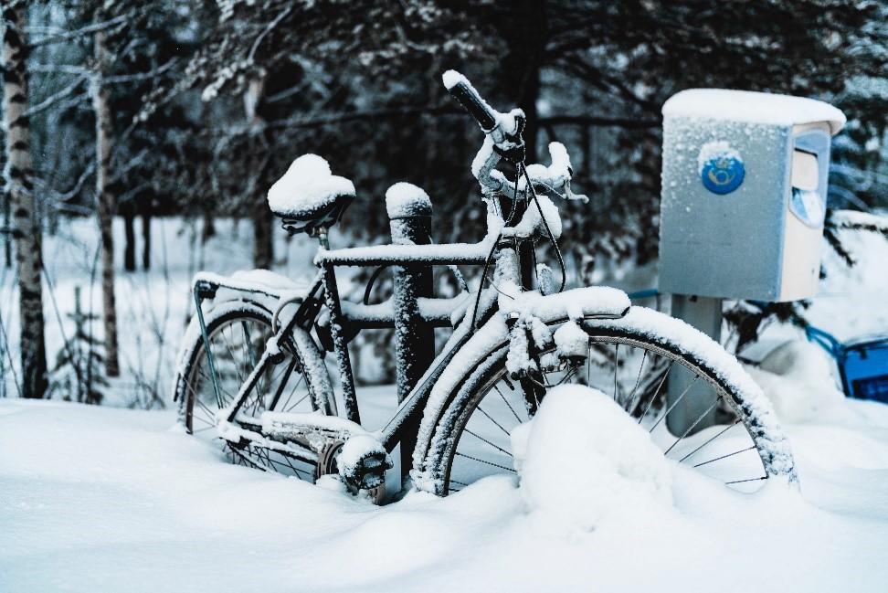 Polkupyörä lumihangessa