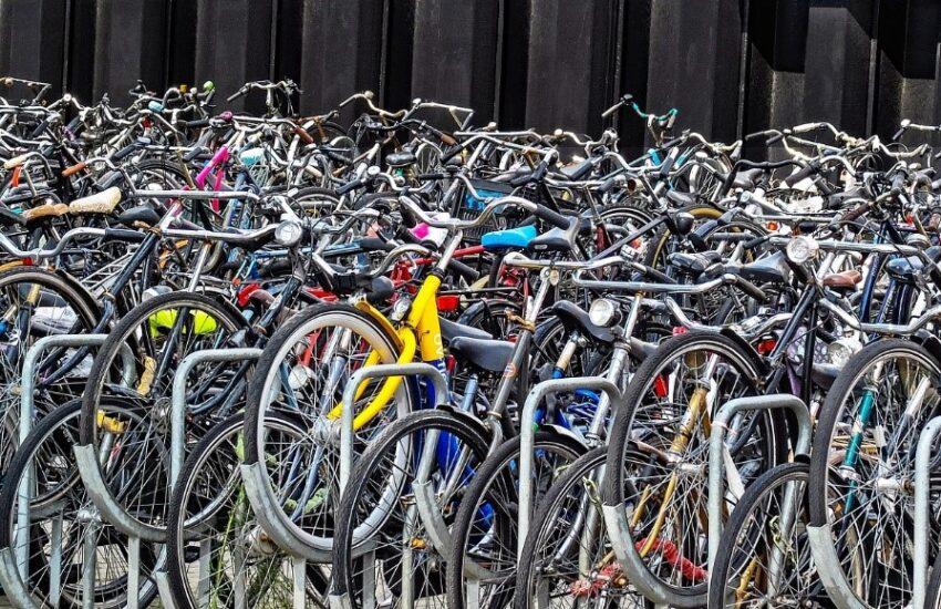 Kymmenet pyörät pyöräparkissa