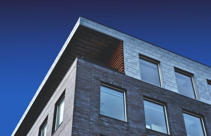 Moderni rakennus sinistä taivasta vasten